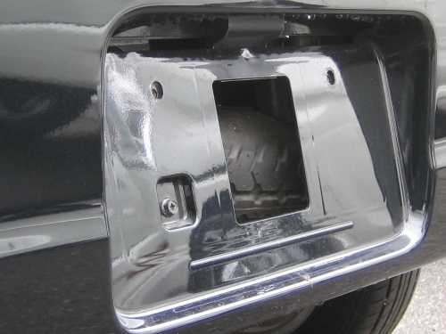 後ろナンバープレートの奥の穴。